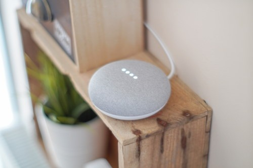Google Home Mini Voice Assistant auf Regal